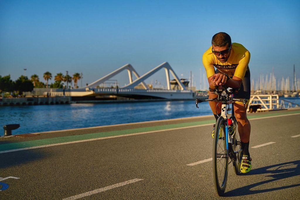 triatleta en bici